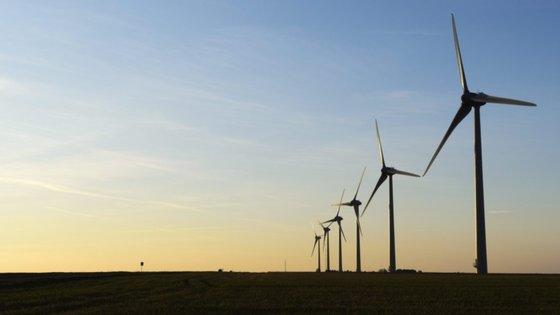 """Segundo o primeiro-ministro britânico, a """"revolução industrial verde"""" pode também criar até 2030 """"centenas de milhares, senão milhões, de empregos"""""""