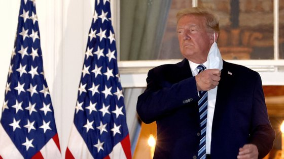 Mesmo infetado com o novo coronavírus, Donald Trump tirou a máscara depois de chegar à Casa Branca