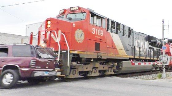 Um comboio de mercadorias, com cerca de 100 vagões e um peso a rondar 20 mil toneladas, encontrou pela frente um SUV com cerca de 2500 kg. O resultado foi o esperado…