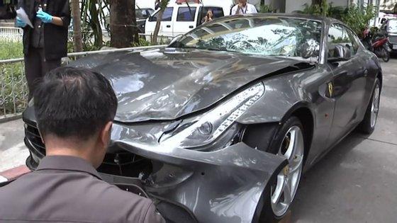 O porta-voz adjunto da polícia nacional tailandesa, Kissana Phathanacharoen, confirma a notificação de um alerta vermelho -- o mais grave da Interpol -- para capturar VorayuthYoovidhya
