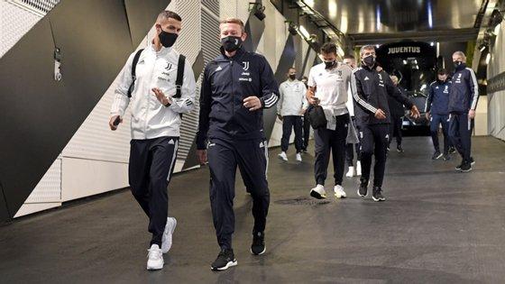 Ronaldo e restantes companheiros tiveram de ir ao estádio no domingo para confirmarem vitória por falta de comparência do Nápoles