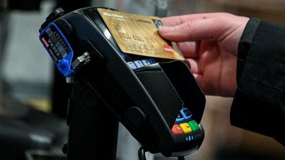 O relatório mostra ainda que os portugueses estão a gastar menos em cada compra