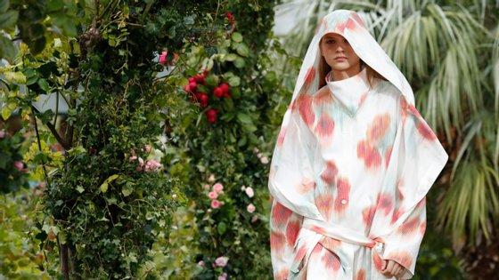 A Kenzo de Felipe Oliveira Baptista desfilou num jardim parisiense, dias antes da morte do fundador da marca