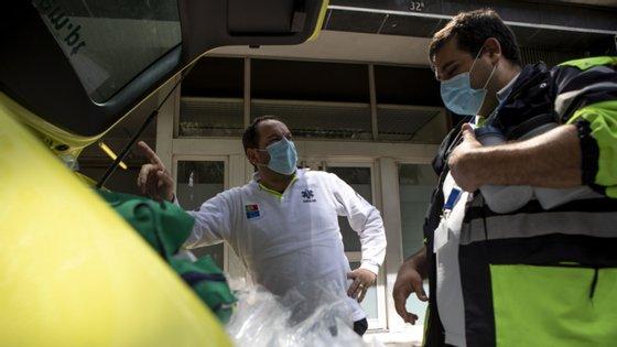 O INEM está envolvido no transporte especializado de casos suspeitos de Covid-19 e auxilia as autoridades de saúde na colheita de amostras biológicas que são realizadas no domicílio de doentes suspeitos