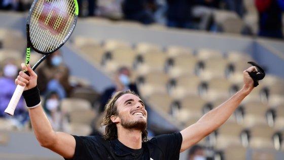 Nas meias-finais, o jogador helénico vai defrontar o vencedor do embate entre o sérvio Novak Djokovic, primeiro ATP e vencedor em Paris em 2016, e o espanhol Pablo Carreño Busta, 18.º da hierarquia