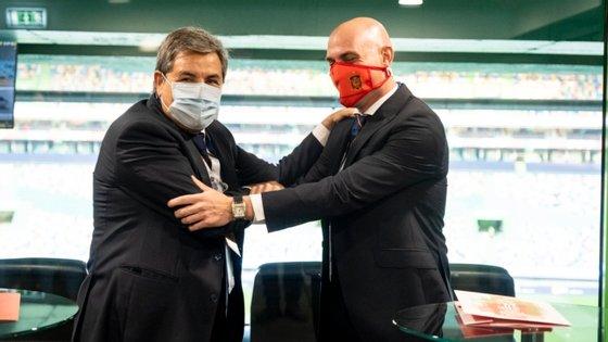 Fernando Gomes e Luis Rubiales, presidentes da federação portuguesa e espanhola de futebol, assinaram protocolo na tribuna de Alvalade