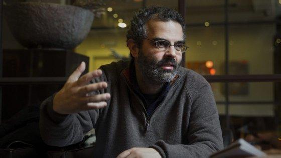 Gonçalo M. Tavares nasceu há 50 anos, em Luanda, e estreou-se literariamente em 2001. Publicou diferentes géneros literários, do romance à crónica, ao teatro e à poesia, e está traduzido em mais de 50 países