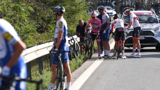João Almeida foi abalroado na berma da estrada quando estava a trocar o rádio mas recuperou e terminou etapa no pelotão