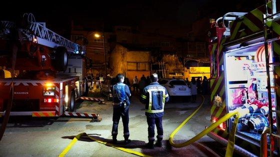 Após os dois idosos terem sido colocados em segurança, os dois polícias voltaram ao apartamento em chamas para cortarem o gás, o que evitou uma possível explosão