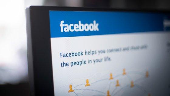 O Facebook também apurou que as contas gastaram cerca de 973 mil doláres (cerca de 828 mil euros) em publicidade