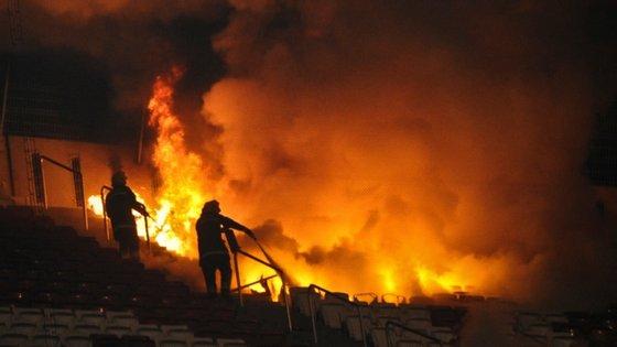 Incêndio aconteceu no final do dérbi entre Benfica e Sporting em novembro de 2011 (1-0), ganhando proporções que colocaram adeptos em perigo