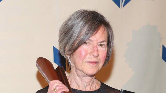 """Louise Glück recebeu o Prémio Nobel da Literatura de 2020 pela sua """"voz poética inconfundível que, com beleza austera, torna a existência individual universal"""""""