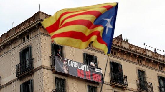 Os manifestantes gritavam frases pró-independência e lançaram fogo de artifício
