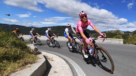 João Almeida continua a gerir da melhor forma a vantagem na liderança do Giro, somando o quinto dia com a camisola rosa