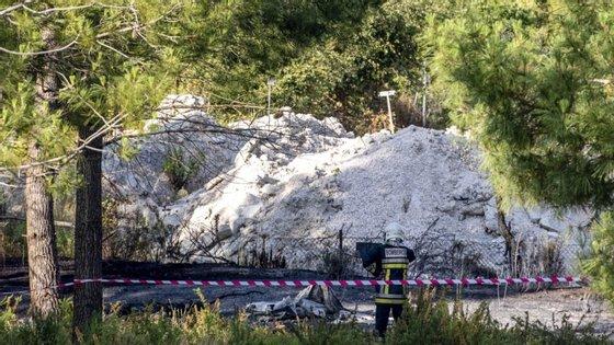 Por ausência de indícios suficientes da intervenção de terceiros nos factos que causaram a morte dos dois ocupantes da aeronave, o MP determinou o arquivamento do inquérito