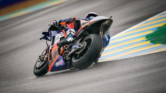 Miguel Oliveira arrancou da 12.ª posição, desceu a 18.º, ganhou sete lugares em duas voltas, chegou a quarto de forma circunstancial e acabou em sexto em França