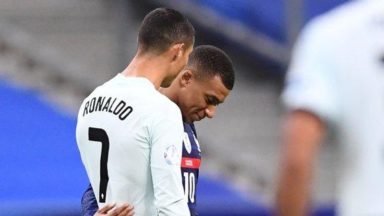 Mbappé começou a segunda parte e acabou o jogo a confraternizar com Ronaldo, de quem tinha posters no quarto quando estava ainda nas camadas jovens