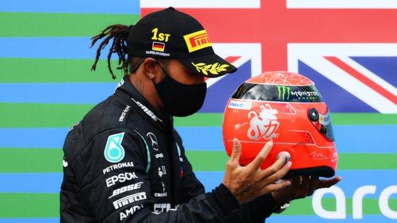 Hamilton regressou aos triunfos e igualou vitórias de Schumacher, subindo ao pódio com o capacete de Michael oferecido pelo filho, Mick