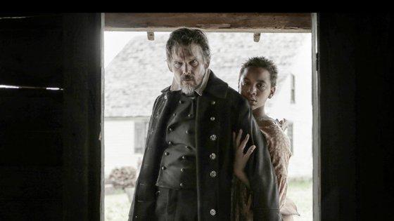 Ethan Hawke, além de produtor e ideólogo desta adaptação, é o protagonista, no papel de John Brown. Joshua Caleb Johnson é Henry Shackleford (ou Little Onion)