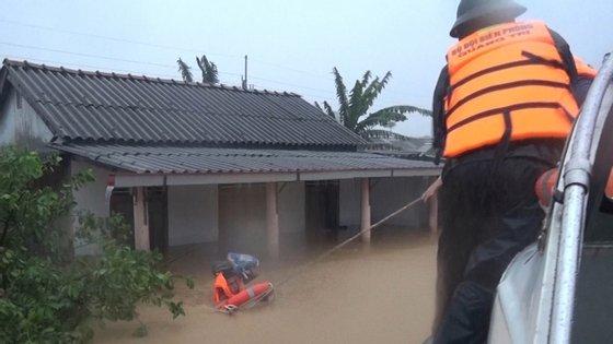As imagens da televisão vietnamita mostraram populações desta província e de outras vizinhas totalmente submersas