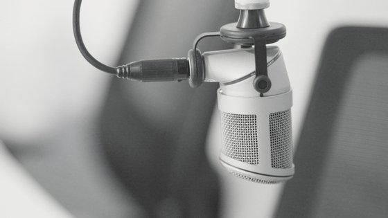 A emissão pode escutar-se através da página da Internet e das aplicações próprias para telemóvel