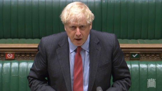 Boris Johnson não encerra escolas, mas considera encerrar bares e restaurantes em algumas zonas