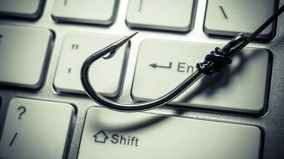 A prática é mais conhecida por phishing. A vítima é aliciada com um link para um desconto que pode receber no seu e-mail ou por mensagem de texto