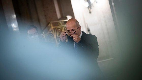 A máscara, os óculos e... o Novo Banco. As atrapalhações de João Leão no primeiro OE como ministro