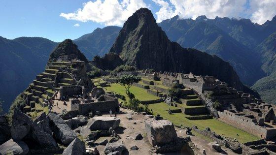 Machu Picchu fica no topo de uma montanha, a mais de 2.400 metros de altitude
