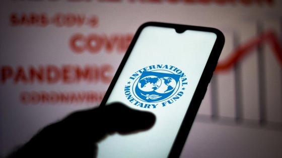 """A pandemia foi """"um revés significativo para a melhoria esperada no nível médio de vida em todos os grupos de países"""", afirma o FMI."""