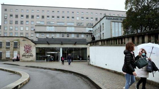 """Hospital de São João vai ativar """"nas próximas horas"""" o nível três do plano de contingência para a Covid-19, face à """"necessidade de aumentar as áreas de internamento dedicadas à Covid-19"""