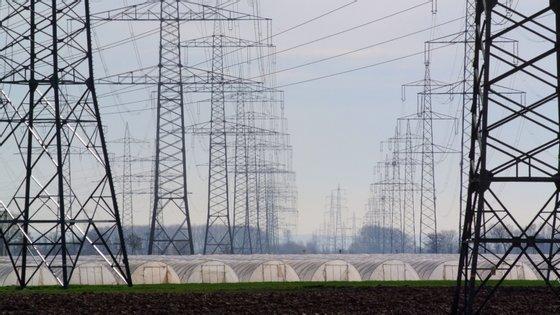 O projeto pretende que 400 mil famílias entrem na rede elétrica pública anualmente