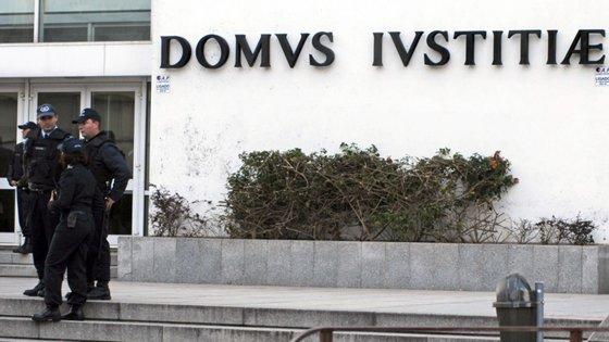Em Gondomar, no distrito do Porto, uma advogada quis entrar com o cliente numa repartição pública para assinar uma escritura, tendo-lhe a entrada sido barrada