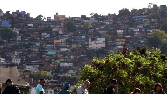 Segundo os media locais, a operação também procurava pessoas alegadamente envolvidas na morte de um sargento do 14.º Batalhão da Polícia Militar do Rio de Janeiro de Bangu