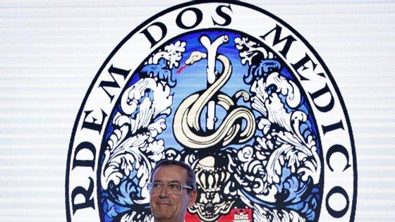 A carta aberta é assinada pelo atual bastonário da Ordem dos Médicos, Miguel Guimarães, e antigos bastonários