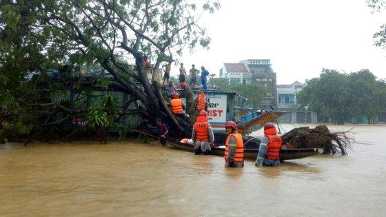 As autoridades enviaram novas equipas de resgate para a área, mas o acesso atualmente é impossível devido às inundações e ao risco de novos deslizamentos