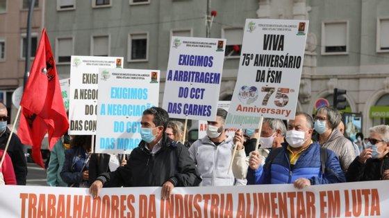 Os trabalhadores começaram a chegar à porta do Ministério do Trabalho pelas 11:00, numa ação convocada pela Federação dos Sindicatos de Agricultura, Alimentação, Bebidas, Hotelaria e Turismo de Portugal