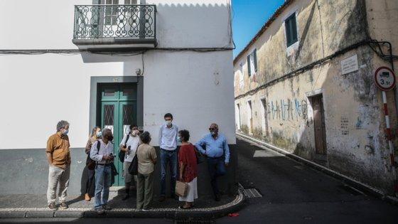 Há atualmente 61 casos positivos ativos, dos quais 33 em São Miguel, 12 na Terceira, três na Graciosa, quatro no Pico, cinco no Faial, um em São Jorge, dois em Santa Maria e um na ilha das Flores