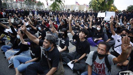 Os manifestantes foram brevemente parados pela polícia, até que os agentes finalmente desistiram de os deter e cerca de 8.000 pessoas, segundo as autoridades, conseguiram chegar à Casa do Governo no início da noite