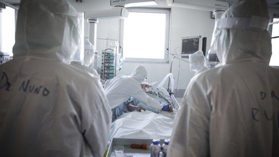 A situação, que levou à realização de cerca de 1.200 testes à Covid-19, fez ainda com que um total de quase 60 profissionais da unidade hospitalar tivesse de ficar em vigilância ativa com isolamento profilático de 14 dias