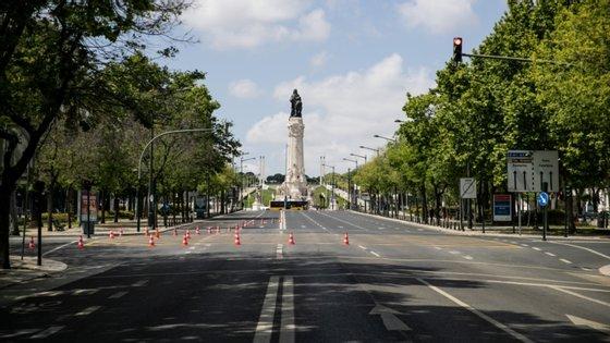 Vai ser discutida a reposição dos sentidos de circulação dos corredores laterais da avenida