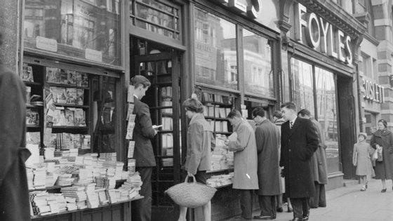 Desde o início da pandemia, 35 livrarias membro da ABA fecharam portas, indicou a associação à agência France Presse, estimando que 20% das livrarias independentes estão a ser ameaçadas de encerramento
