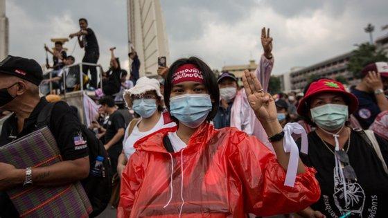 As autoridades proibiram reuniões de mais de quatro pessoas e a publicação de notícias que poderiam prejudicar a segurança nacional