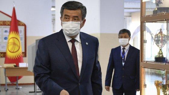 A crise política no Quirguistão começou após as eleições legislativas de 4 de outubro, marcadas por acusações de fraude e que deram a vitória a dois partidos pró-presidenciais