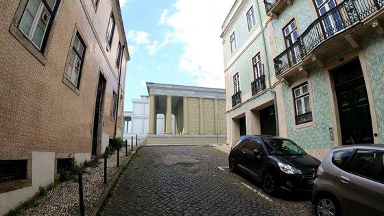 Poderia ser mais ou menos assim o templo Romano que se acredita poder ter estado no atual nº 6 da Rua da Saudade, em Lisboa. A reconstituição é de Carlos Loureiro