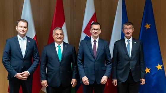 Os primeiros-ministros do grupo de Visegrado: (a partir da esquerda) Igor Matovic da Eslováquia, Viktor Órban da Hungria, Mateusz Morawiecki da Polónia e Andrej Babis da República Checa
