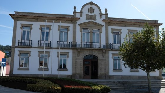 O município adiantou ter celebrado um protocolo de cedência de terreno com a União de Freguesias de Campos e Vila Meã e assinado um contrato com a Escola Superior Gallaecia, com sede no concelho, para a elaboração do projeto