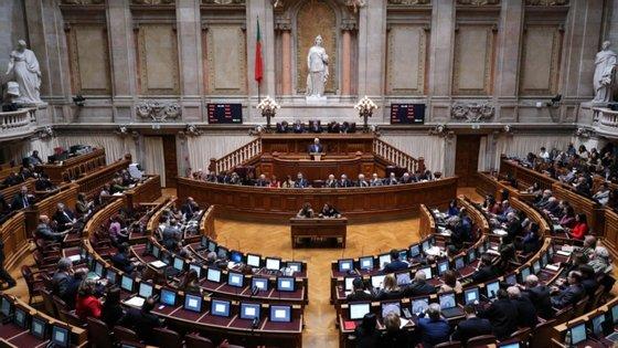 O texto esta sexta-feira aprovado teve por base uma proposta de lei do Governo apresentada em junho que estabelece medidas especiais para a contratação pública