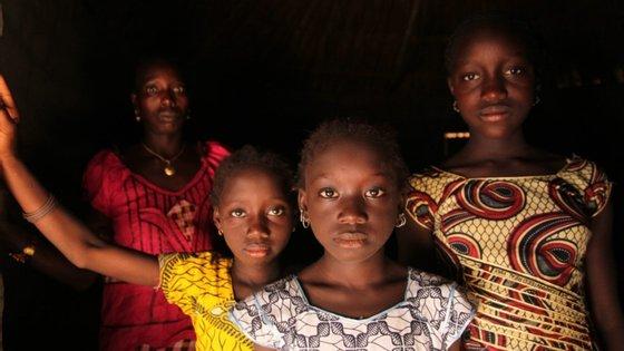 O centro de acolhimento da associação, situado no bairro de Enterramento, subúrbios de Bissau, tem neste momento seis raparigas