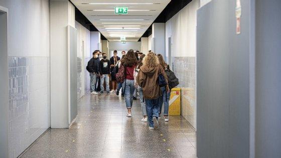 Nas escolas mais pequenas, com até 630 alunos, os funcionários ficam com menos 10 crianças a seu cargo